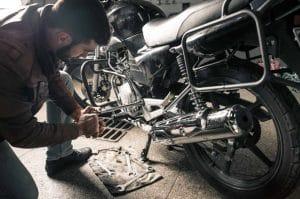 Homme qui entretient sa moto
