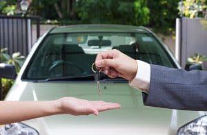 vendeur donnant les clefs à une femme