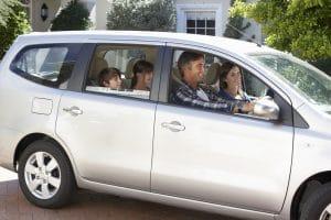 voiture grise avec une famille dedans